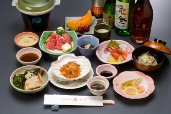 ご夕食は、お肉・洋風焼き物の加わった和食中心のメニューです。